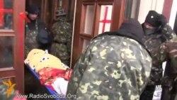 Тіло вбитого вивозять із Грушевського