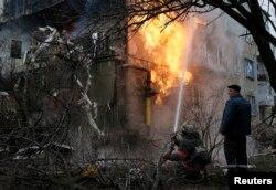 Пожежа внаслідок обстрілу в житловому кварталі на околиці Донецька, 9 лютого 2015 року