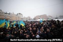Верующие на площади у Софиевского собора в Киеве