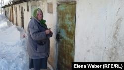 Пенсионерка Милита Екель жалуется, что ей тяжело таскать уголь, которым она отапливает свою квартиру. Темиртау, 26 февраля 2018 года.