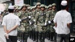 Қытайдың арнайы жасақтары Үрімші көшелерін бақылап жүр. 13 шілде 2011 жыл