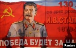 Тени людей на растяжке со Сталиным в Волгограде во время первомайской демонстрации в 2011 году.