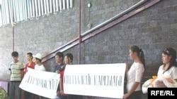 """В Талдыкоргане идет акция """"Выставка социального протеста""""."""