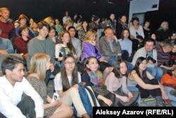 Зрительный зал был заполнен вплоть до сцены в день премьеры спектакля «Пробуждение весны» в республиканском немецком театре. Алматы, 26 марта 2015 года.