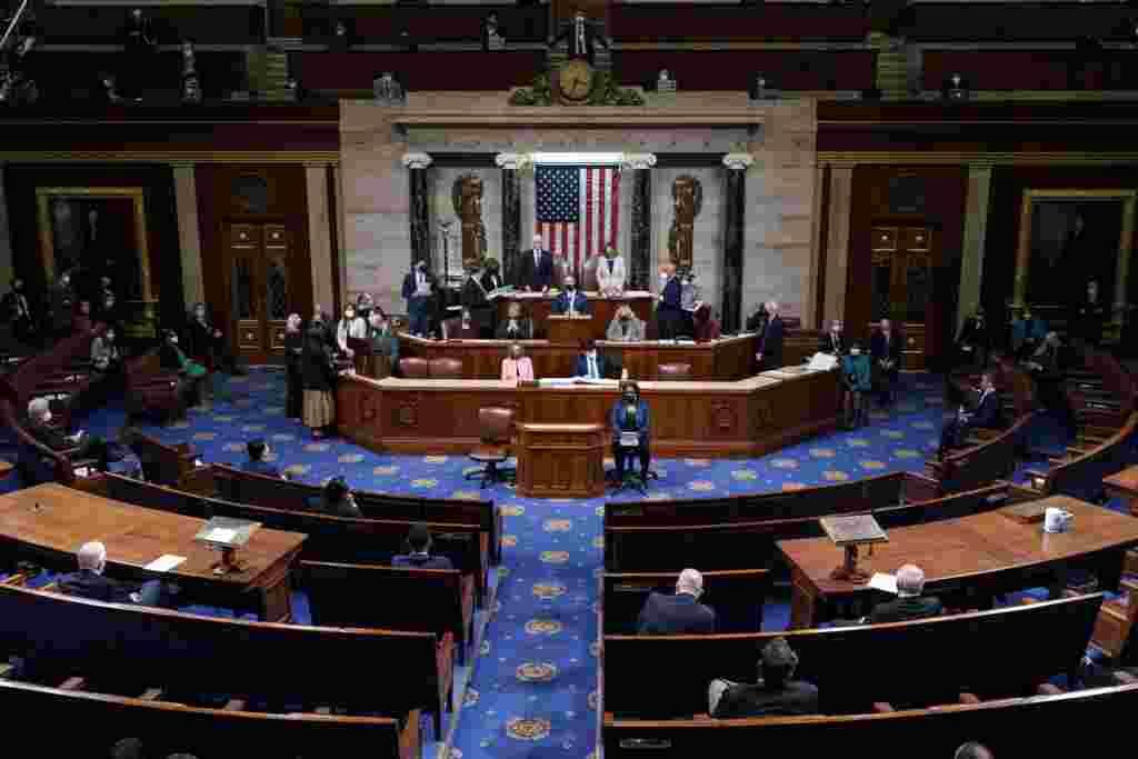Nënkryetari i SHBA-së, Mike Pence, dhe kryetarja e Dhomës së Përafqësuesve, Nancy Pelosi qëndrojnë pasi lexuan certifikimin përfundimtar të votave të Kolegjit Zgjedhor të zgjedhjeve presidenciale të nëntorit, gjatë seancës së përbashkët të Kongresit, Uashington, 7 janar 2021.