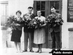 Данута Бічэль, Аляксей Карпюк, Ларыса Геніюш, Васіль Быкаў пасьля выступу ў Зэльвенскай санаторна-лясной школе. 1963 год