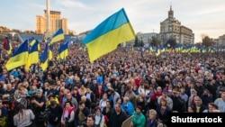 Тысячи людей на Майдане Независимости в Киеве во время акции «Нет капитуляции!» в День защитника Украины. Киев, 14 октября 2019 года
