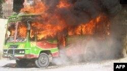 Горящий автобус. Пакистан, 3 октября 2011 года. Иллюстративное фото.