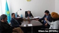 Гражданские активисты на встрече с руководителем управления внутренней политики Шымкента Канатом Калыбековым (в центре). Шымкент, 20 февраля 2017 года.