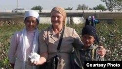 Правозащитник Елена Урлаева (в центре) на хлопковом поле в Узбекистане.