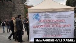 У палатки нет очередей, хотя пару-тройку человек, желающих присоединиться к петиции, всегда можно там встретить