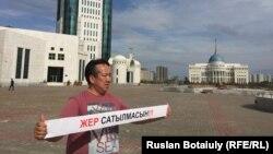 Қарағандылық белсенді Ғалымбек Акулбеков үкіметтің жер сату жоспарына қарсы бір адамдық пикет ұйымдастырып тұр. Астана, 20 сәуір 2016 жыл