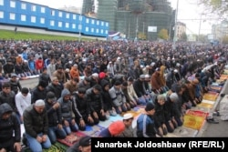 Москвада намазга жыгылган мусулмандар