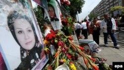 Портрет участницы акции протеста Неды Ага-Солтан на одной из улиц Лондона, размещенный иранскими рабочими.