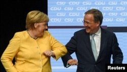 Pozdrav Angele Merkel i Armina Lascheta na jednom od skupova dva partijska bloka u Berlinu 21. avgusta 2021.