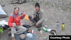 Кыргызстанга келген чет элдик турист жергиликтүү тургун менен.