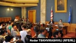 Сегодня Нино Гвенетадзе наконец встретилась с депутатами. Выслушать кандидата на пост председателя Верховного суда законодатели должны были еще позавчера, однако отсутствие кворума дважды за день так и не позволило Гвенетадзе выступить перед депутатами