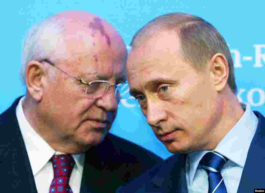 Gorbachev speaking to Russian President Vladimir Putin at a news conference in Schleswig, Germany, on December 21, 2004. Gorbachev has criticized Putin for rolling back democracy in Russia.