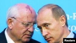Mihail Gorbaçýow (çepde) we Wladimir Putin