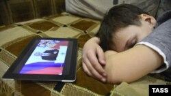 Discursul despre starea națiunii al lui Vladimir Putin în direct pe tableta unui copil rus care doarme, 12 decembrie 2012.