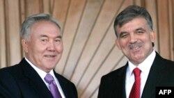 Қазақстан президенті Нұрсұлтан Назарбаев (сол жақта) пен Түркия президенті Абдулла Гүл. Анкара, 22 қазан 2009 жыл.