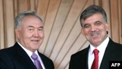 Президенты Казахстана Нурсултан Назарбаев и Турции Абдулла Гюль. Анкара, 22 октября 2009 года.