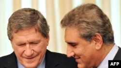 Pakistan's Foreign Minister Shah Mehmood Qureshi (R) and U.S. special envoy Richard Holbrooke