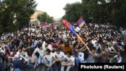 Протестующие против повышения тарифов на электроэнергию. Ереван, 23 июня 2015 года.