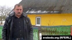 Валер Білібуха каля сваёй хаты