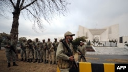 Paramilitary soldiers stand guard outside the Pakistani Supreme Court building in Islamabad. (file photo)