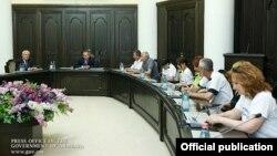 Премьер-министр Армении Овик Абрамян принимает делегацию сотрудников завода «Наирит», 9 июня 2015 г․