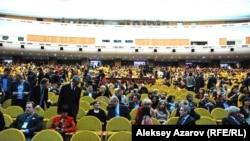 Зрительный зал Дворца республики перед началом концерта оркестра М. Бисенгалиева. Алматы, 10 октября 2012 года.