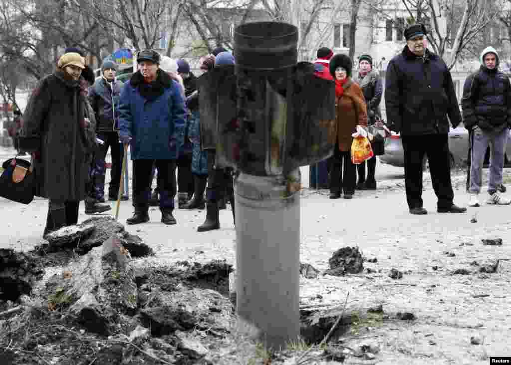 Жители Краматорска рассматривают реактивный снаряд