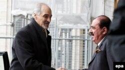 بشار جعفری (چپ) نماینده سوریه در سازمان ملل روز دوشنبه در سوییس