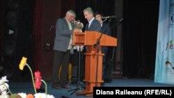 Pensionarul Boris Grama și premierul Iurie Leancă.