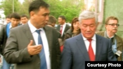 Аким ВКО Бердыбек Сапарбаев (справа) и аким Семея Айбек Каримов (слева) возле здания бывшей гауптвахты. Семей, 25 мая 2012 года.