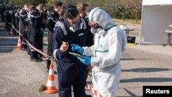 """Френски военни медици вземат тестове за коронавирус от моряците на самолетоносача """"Шарл де Гол"""" край Марсилия"""