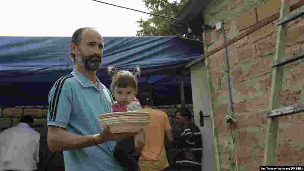 Мустафаєв допомагає друзям готувати святковий обід
