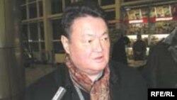 Заманбек Нуркадилов после поездки в Европу в алматинском аэропорту. Март 2005 года.