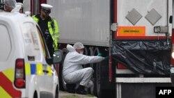 Полиция обследует грузовик с телами мигрантов, Великобритания, 23 октября 2019 г.