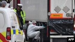 Полицијата врши инспекција на камионот во кој се пронајдени жртвите, архивска фотографија.