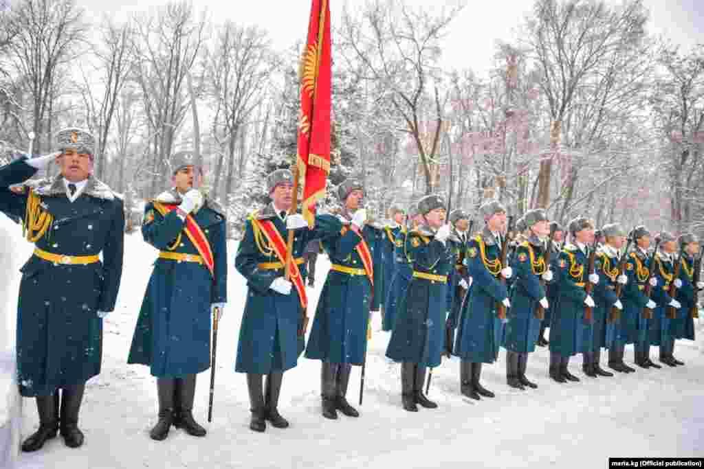 Ограниченный контингент советских войск был введен в Афганистан в декабре 1979 года и выведен почти через 10 лет, 15 февраля 1989 года.