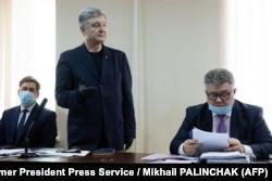 Илья Новиков (слева) вместе со своим украинским доверителем пятым президентом Украины Петром Порошенко (в центре)