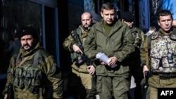 Бойовики угруповання «ДНР» охороняють так званого «прем'єр-міністра» Олександра Захарченка, Донецьк, 31 жовтня 2014 року