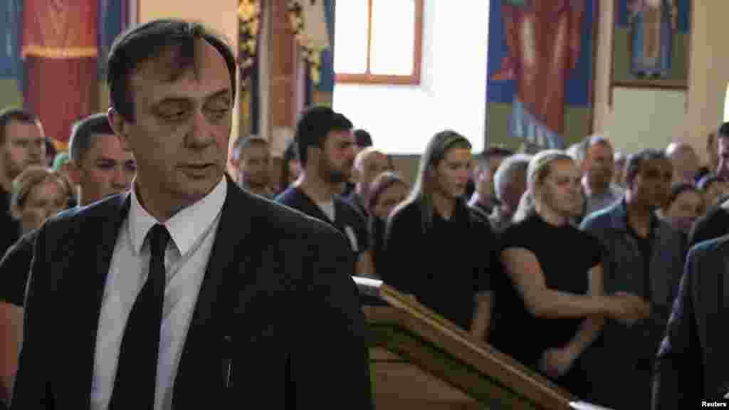 МАКЕДОНИЈА - Поранешниот директор на УБК Сашо Мијалков, кој неодамна беше исклучен од ВМРО-ДПМНЕ, излезе со ново писмо до актуелниот партиски лидер, Христијан Мицскоски. Тој го обвини Мицкоски дека доживеал голем срам на меѓународна сцена од сестринските партии кои се дел од Европската народна партија, со тоа што на Конгресот на ЕНП во Хелсинки, освен официјалната партиска делегација, биле поканети и претставници на оние кои го поддржаа Преспанскиот договор и беа исклучени од ВМРО-ДПМНЕ. Мијалков го обвинува Мицкоски и за лажен патриотизам и лицемерие.
