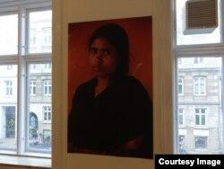 Выставка Rana Plaza Fashion. Розина Акхтар (24 года) проработала на фабрике полгода, три дня провела под завалами, потеряла руку. Получила 575 долларов компенсации. Воспитывает дочь семи лет