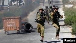 Израиль әскері палестиналық шерушілермен қақтығыс кезінде. Рамалла, 25 шілде 2014 жыл.