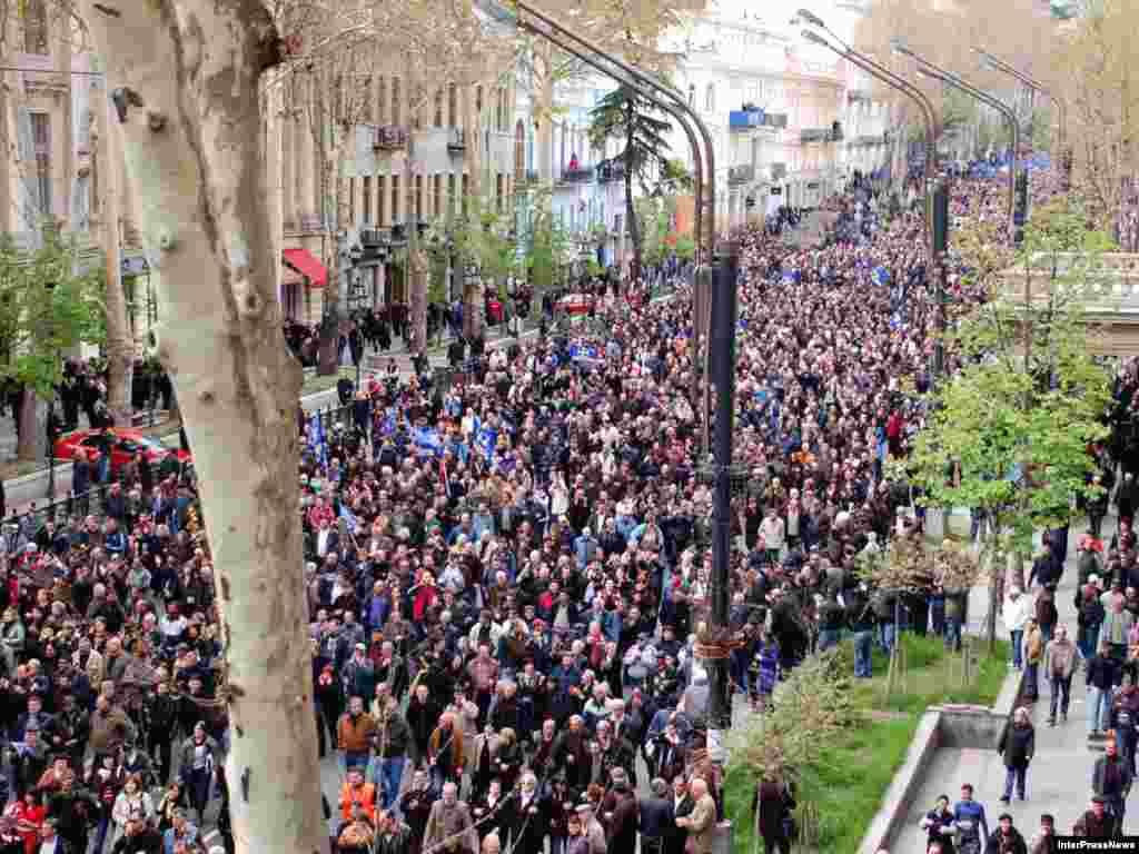 В Тбилиси десятки тысяч сторонников оппозиции вышли на митинг перед зданием парламента. Оппозиция требует отставки президента Грузии Михаила Саакашвили