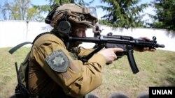 Боєць підрозділу спеціального призначення КОРД («Корпус оперативно-раптової дії») під час презентації пістолета-кулемета «МР-5». Київ, 15 травня 2019 року