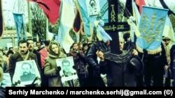 Перепоховання Стуса, Литвина і Тихого у Києві. Десятки тисяч людей із забороненими синьо-жовтими прапорами беруть участь у жалобній ході до Байкового кладовища, 19 листопада 1989 року